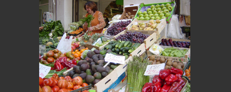 グラナダの市場 色とりどりの野菜